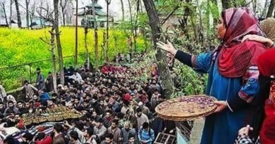 While showering flowers at funeral procession Kashmiri women pay farewell with high respect and honor to #Burhanwani #IamBurhan